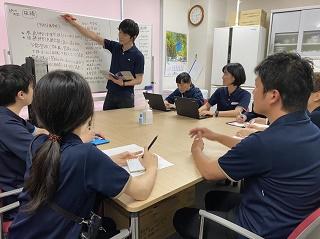 座学研修の様子。職員同士で話し合ったり、先輩職員から後輩職員に知識を伝達していきます!